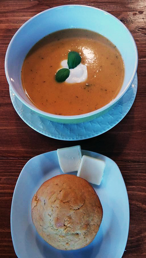 Veggie bisque with pumpkin muffin